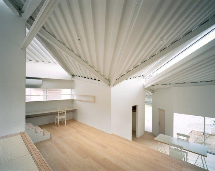 Small minimalist house in white and its three levels of functional areas