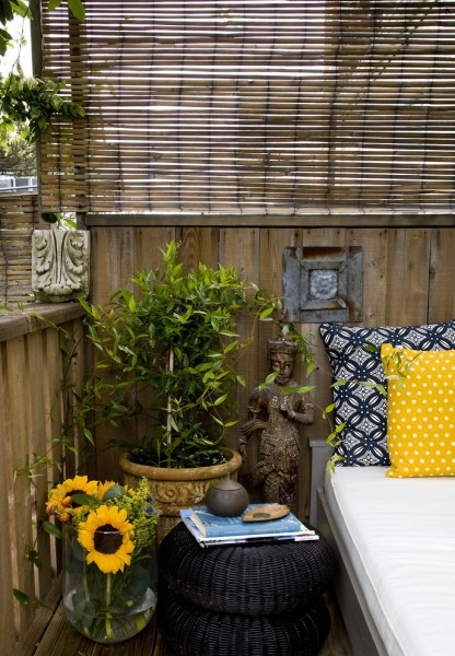 Statues and flowers live together in a stylish balcony-Splendid mini home garden