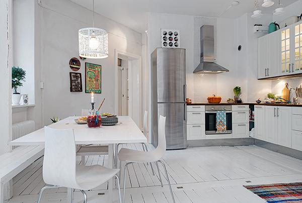 Swedish shabby chic interior in white with colorful rugs- Scandinavian Shabby Chic Apartment Interior in Gothenburg