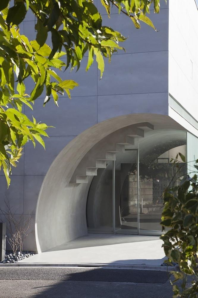 The main entrance is made of glass- contemporary residential architecture by Makiko Tsukada