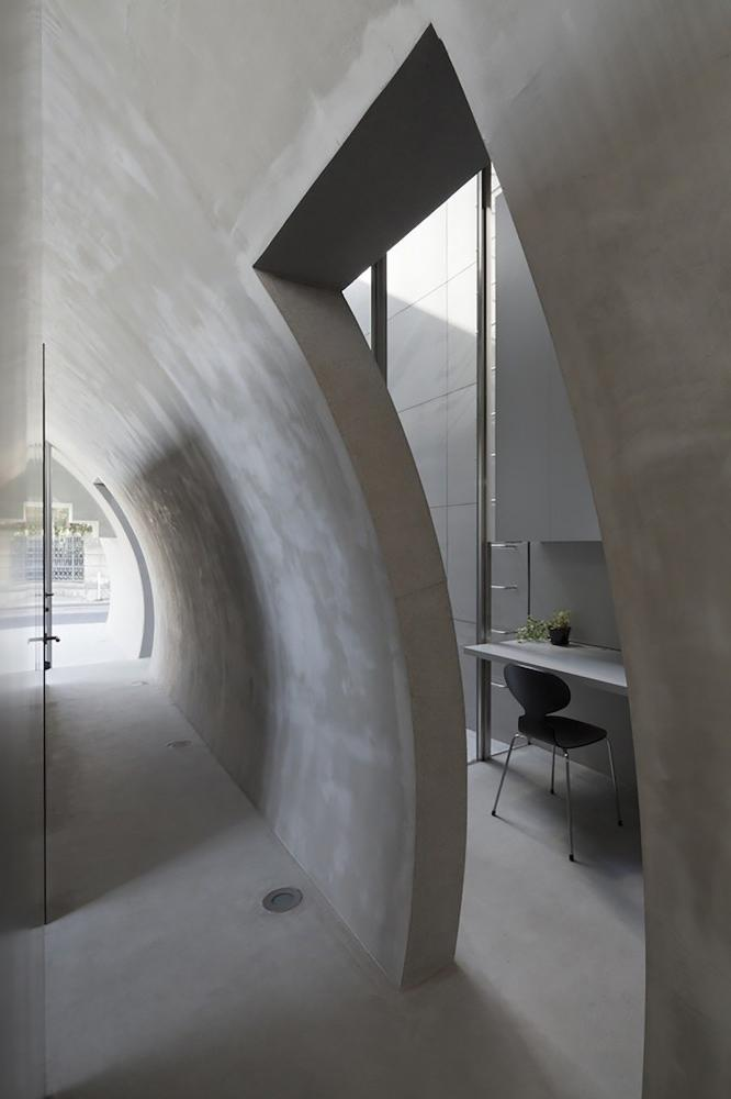 The main hallway is oval- contemporary residential architecture by Makiko Tsukada