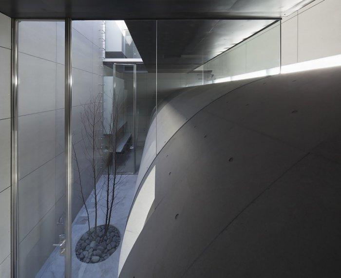 The tunnel that goes along the house- contemporary residential architecture by Makiko Tsukada