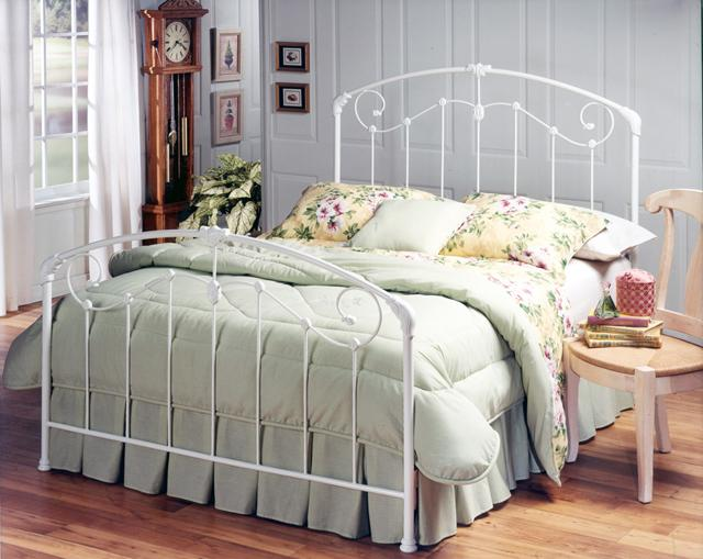Traditional bedroom with flower motives– fresh summer home emotions