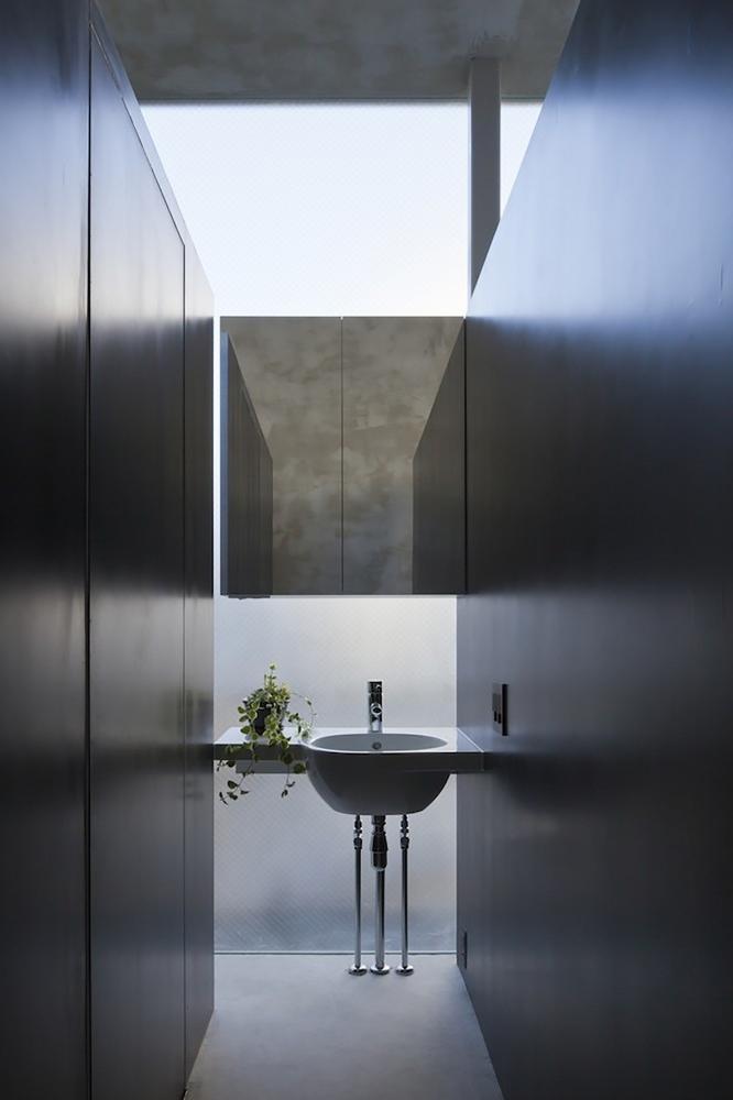 Very small narrow minimalist bathroom- contemporary residential architecture by Makiko Tsukada