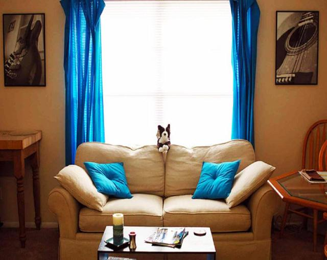 Vivid blue curtains and creme colored sofa– for amazing living room interior design
