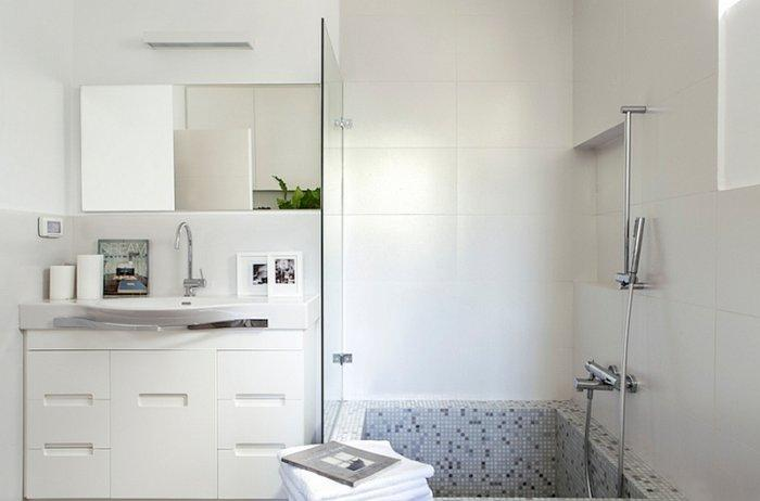 Minimalist small bathroom inside an Eclectic house in Israel