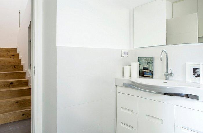 Modern bathroom sink in white and various decorations