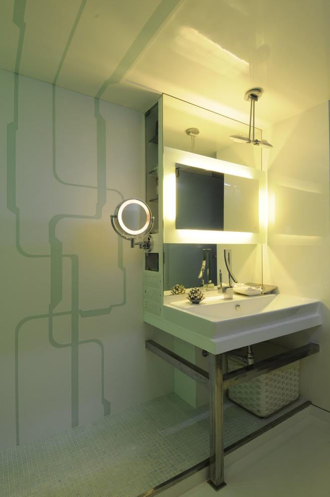 Modern small bathroom with interesting decorative lines on the wall