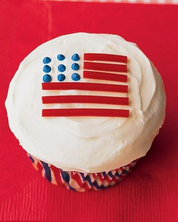 Flag Cupcakes can be placed at the dining table or somewhere else at the garden
