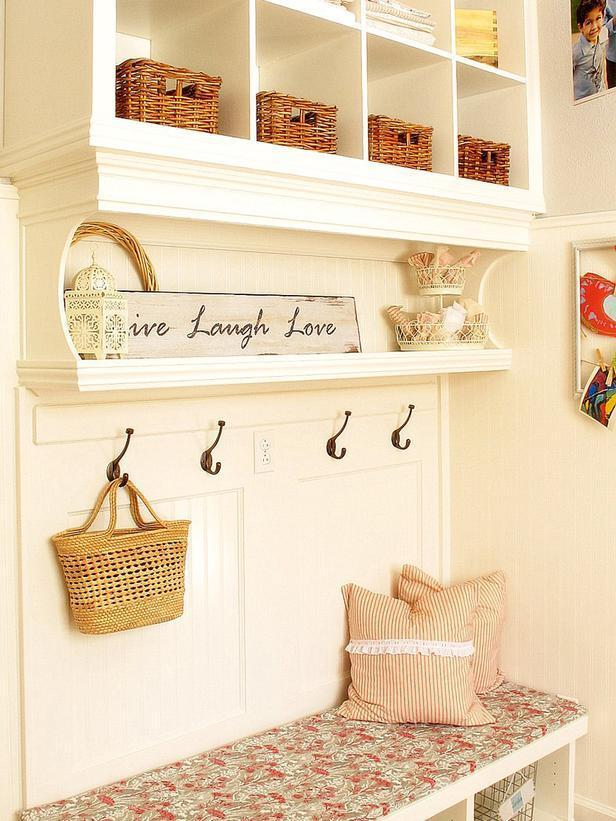 Shabby chic entry interior for a hearted and friendly welcoming
