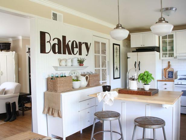 Shabby chic kitchen design in white with sweet decorations