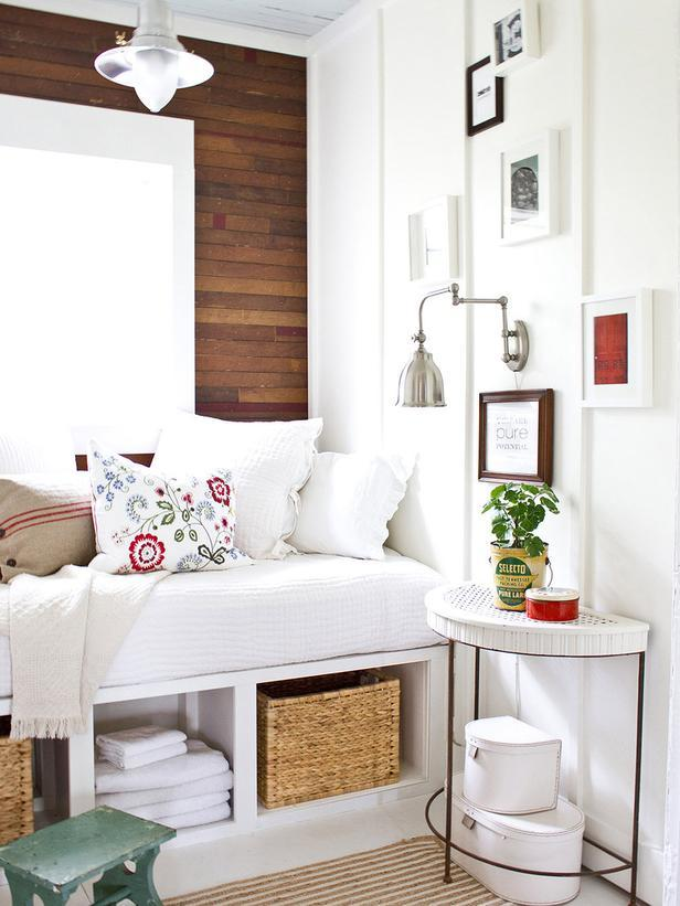 Shabby chic room with daybed and bedside dumilune table