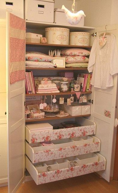 Flexible shelves in a shabby chic closet
