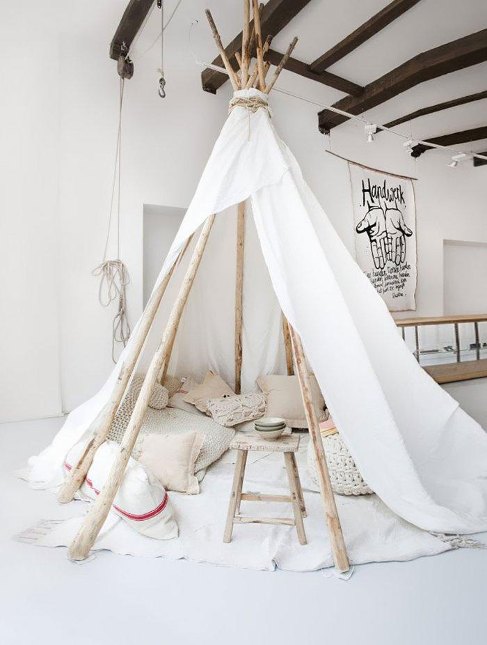 Kids' room with indian teepee