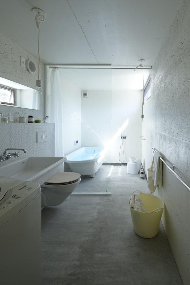 Minimalist bathroom with industrial toches