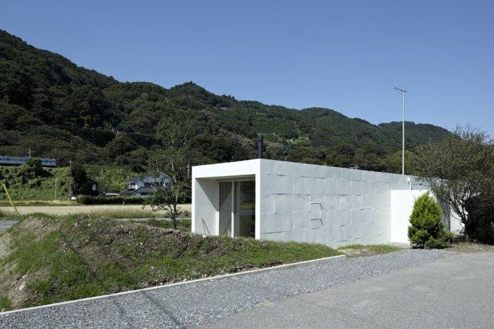 Minimalist house in the fields of Japan