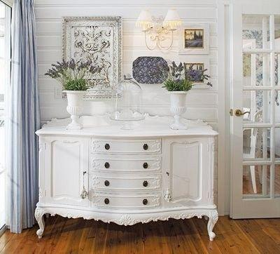 Shabby chic chest of drawers in white color with decorations