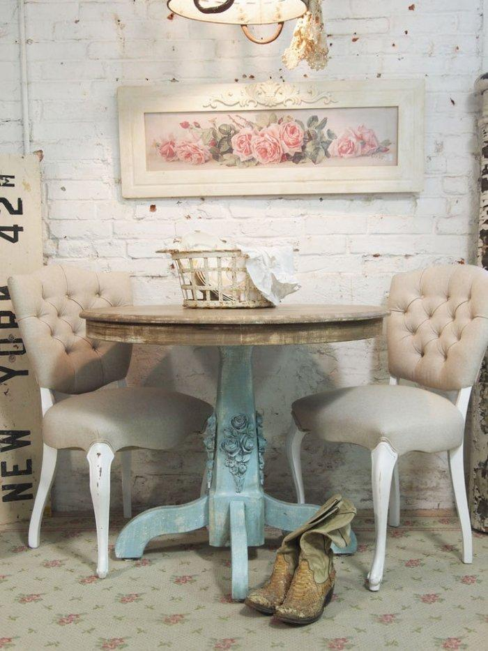 pareti shabby chic : Shabby chic corner with small table and two chairs