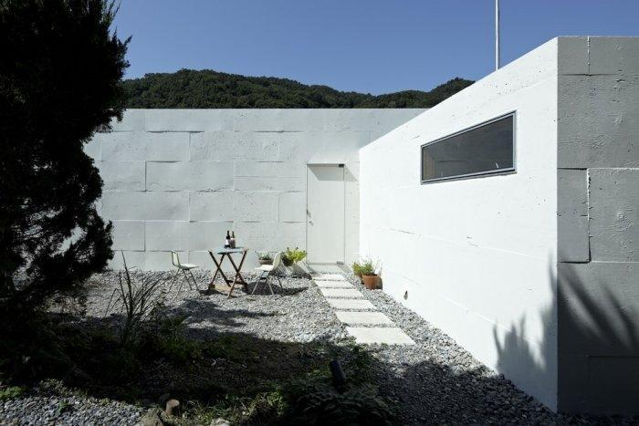 Small courtyard behind the Japanese minimalist house