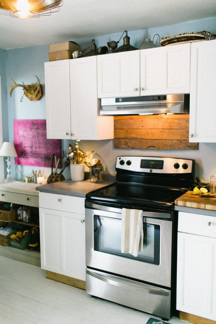 Small kitchen in white with oven