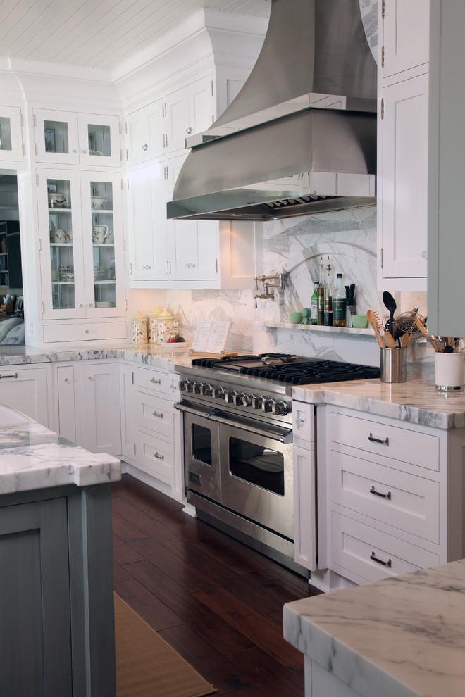 Traditional kitchen with backsplash niches