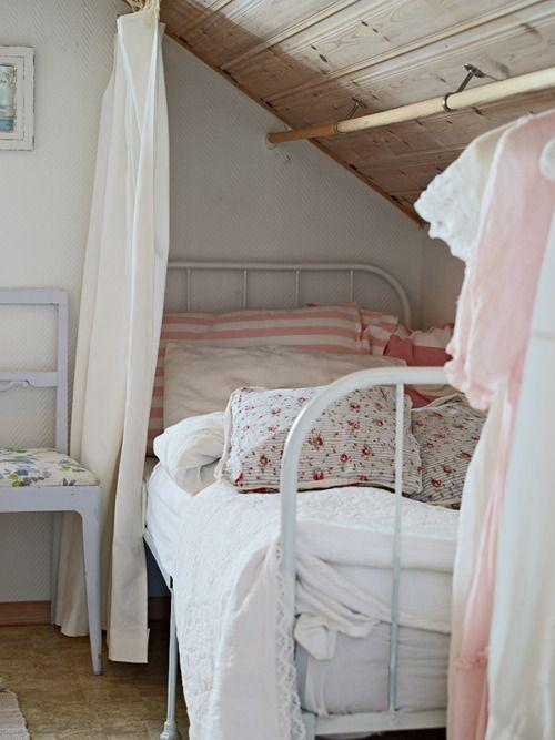 Cottage attic bedroom - with vintage single bed