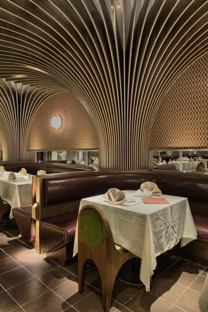 Restaurant architecture - striped columns merge with the ceiling