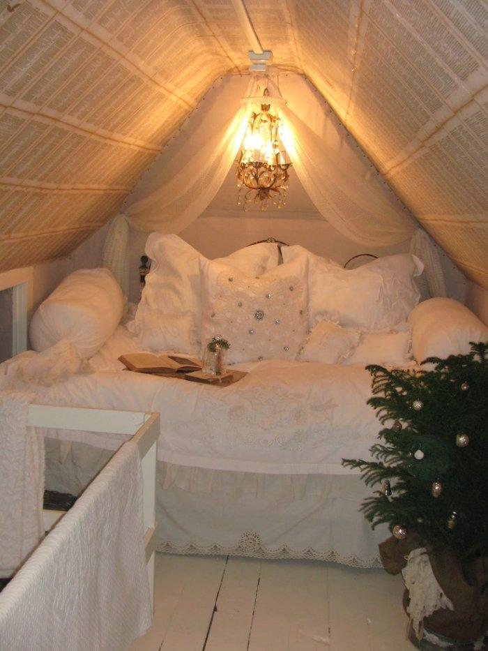 Small and intimate attic bedroom - with private bed and romantic lamp