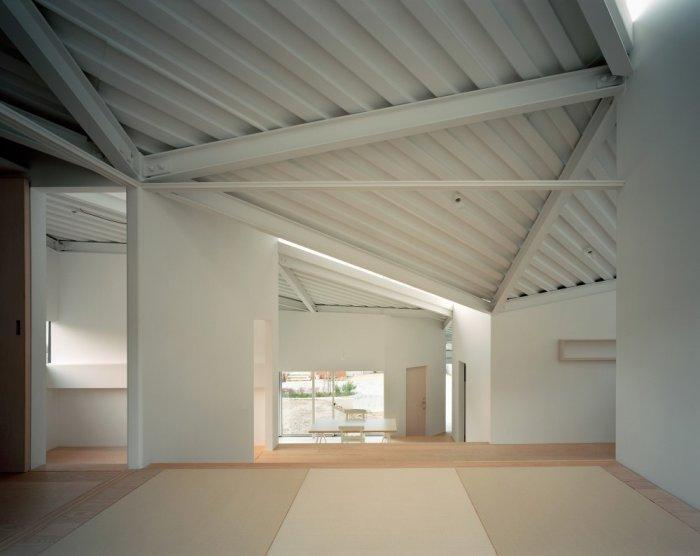 Small minimalist house and its curves inside the functional areas