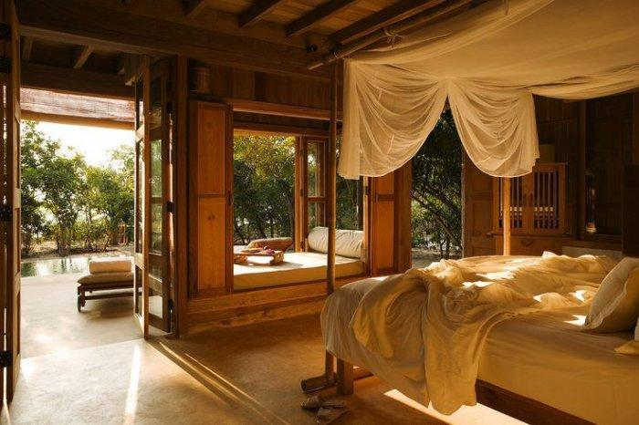 Airy feng shui bedroom - with wooden inspired Asian interior