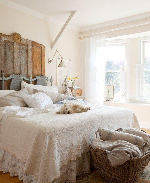 Creme feng shui bedroom - with cozy bed and rustic headbord