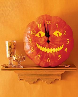 DIY Halloween clock - made of old pumpkin