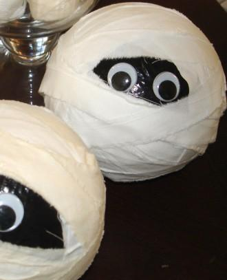 DIY Halloween scary balls - with small eyes