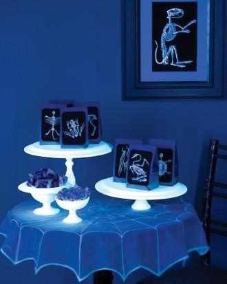DIY Halloween spooky table - with luminescent items