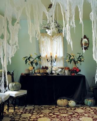 DIY Halloween table setting - with black table cloth and scary nets