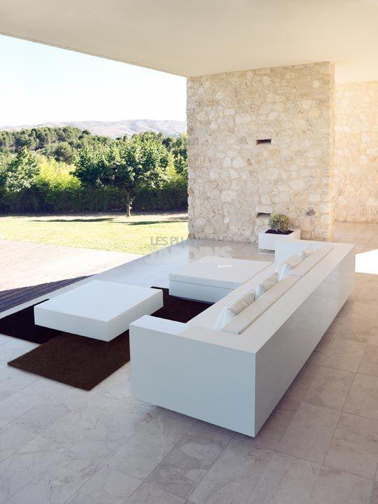 Elegant outdoor rug - outside minimalist house