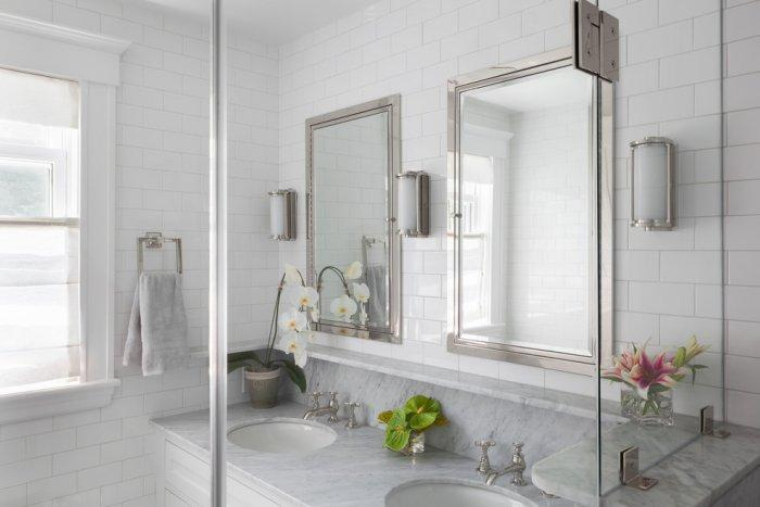 Feng shui bathroom decor - flowers and marble surfaces