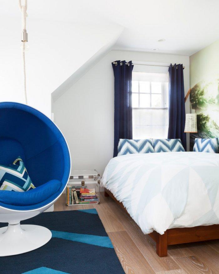 Feng shui boy bedroom - with modern blue bubble chair