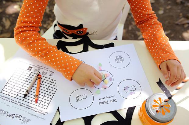 Hallowee kids crafts - white papers where the children draw