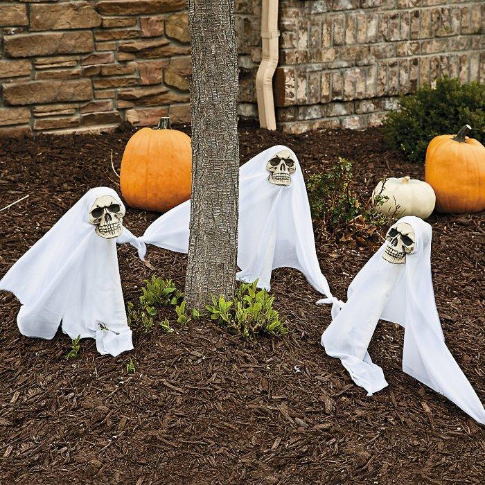 Halloween yard with ghosts - and small skulls instead of head