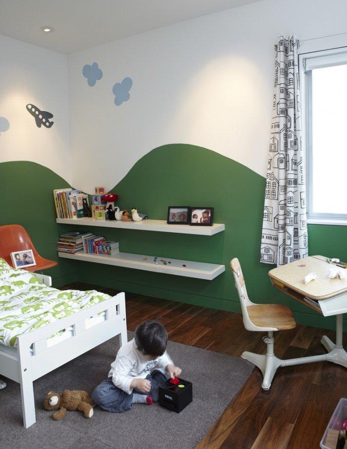 Long floating shelves - inside a kids room
