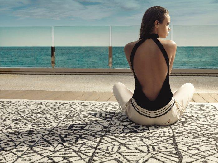 Modern black and white outdoor rug - outside a luxurious Mediterranean villa