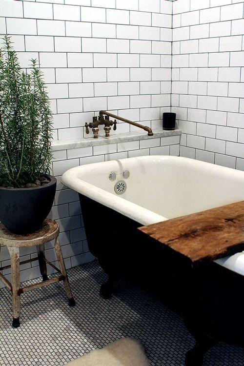 Modern vintage bathtub - with rustic elements in the room