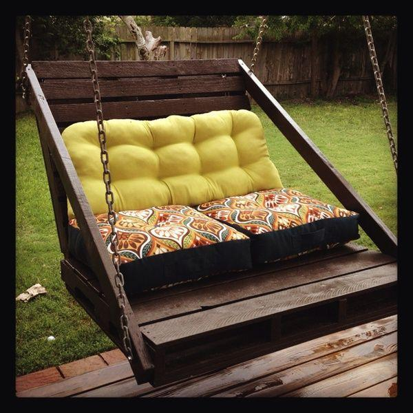 Outdoor pallet swing - with soft sitting pillows