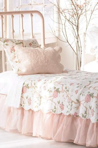 Pink shabby chic bedroom - with typicall floral sheets