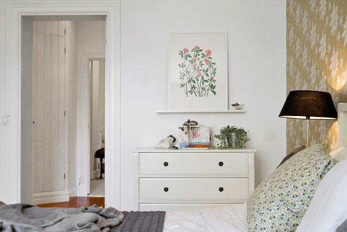 Cozy Scandinavian bedroom - with white chest of drawers