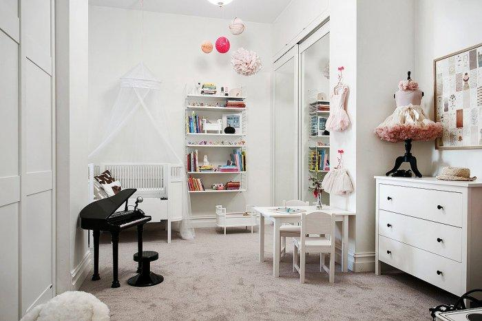 Scandinavian children room - with small piano model