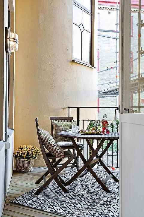 Small terrace - with table and chairs