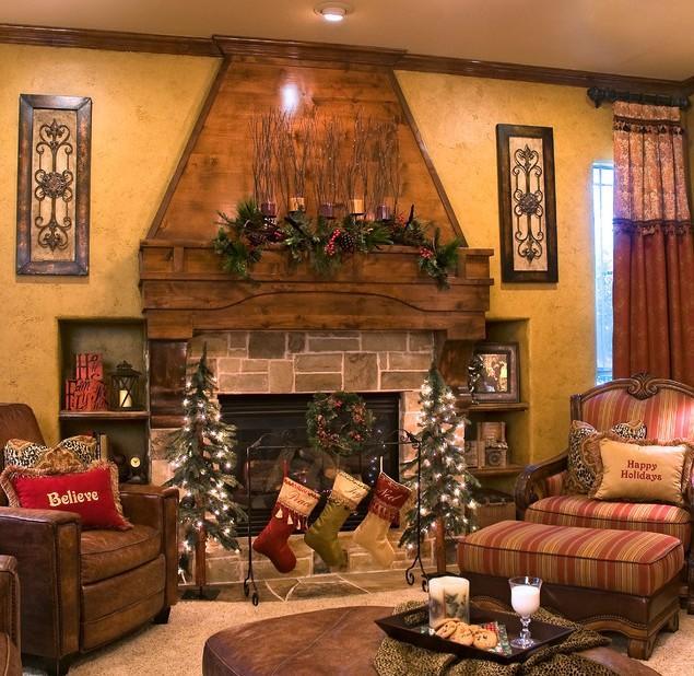 Small Christmas garland on the Fireplace mantel