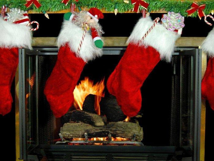 Christmas fireplace 13 - with burning fire and garland above